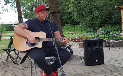 Kisoroszi zenés vacsoraesték: Akusztikus gitárest Milánnal